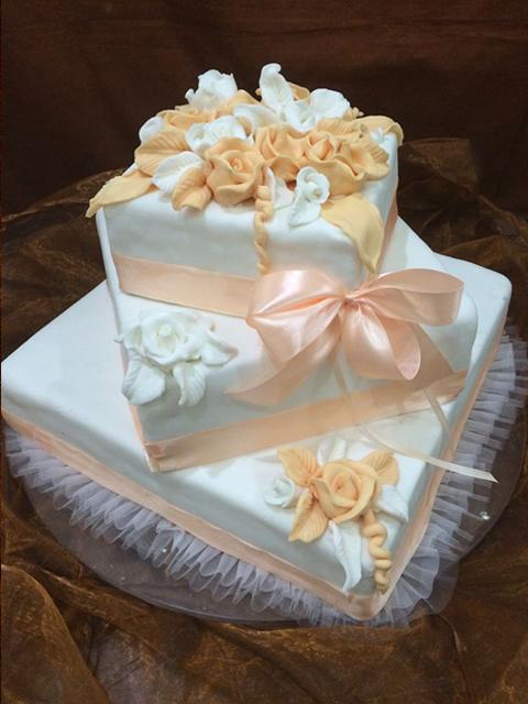 szögletes esküvői torta Gabi Cukrászat   Esküvői torták   Figurás torták   Hagyományos  szögletes esküvői torta